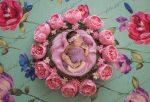 بک دراپ سبد نوزاد با گل های صورتی